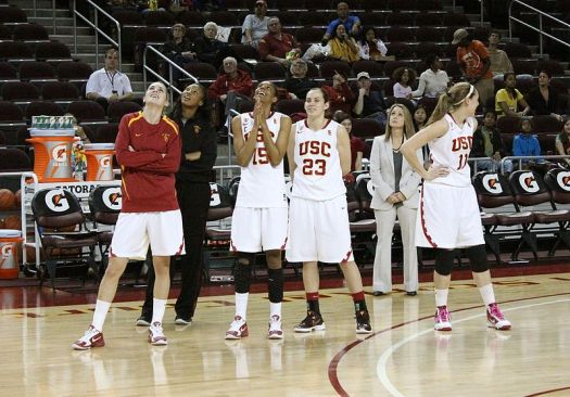 Laura_Beeman_and_USC_basketball_players_in_2011